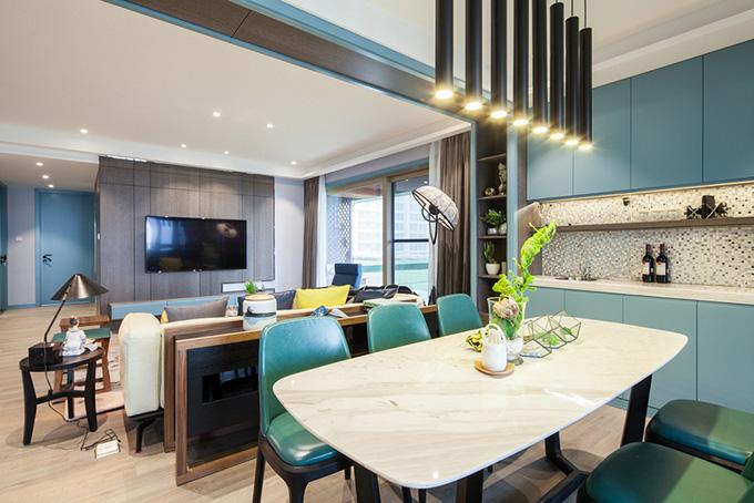 餐厅与客厅的隔断以矮柜加小吧台两用为主,餐厅的灯具也非常独特.图片