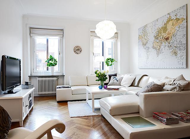 客厅采光非常好,整体亮白色配上木地板,简直就是北欧风格的绝配,再以淡淡的绿色植物作为点缀。