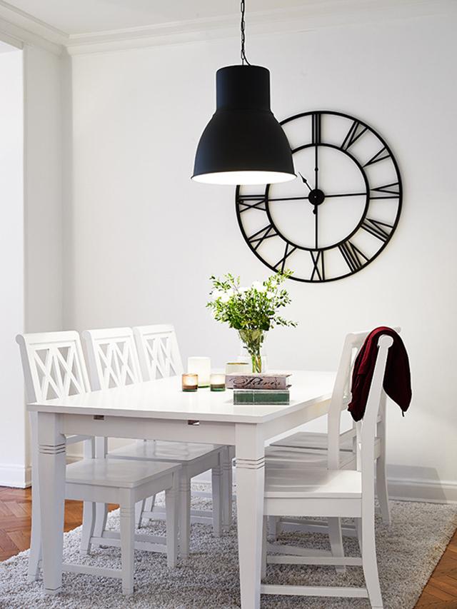 墙面以假挂钟为装饰,再加上黑色的装饰灯,而餐厅最主要的是用餐,所以装饰也就简单一些。