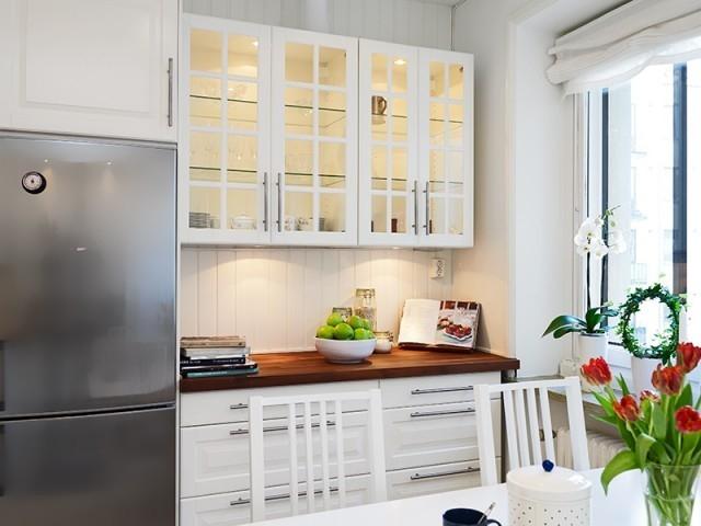 厨房的整体白色又为光线增亮了一些,显得整个厨房非常明亮妩媚,仿佛置身于浪漫的意境里。