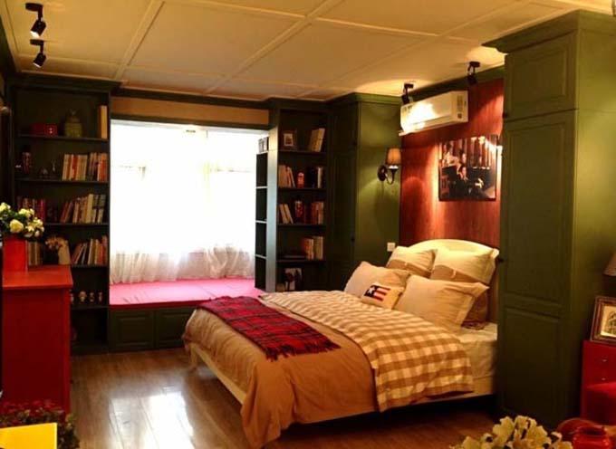 另一边则是设计了两个小书架,中间夹着一个小飘窗,闲暇时光在这里度过