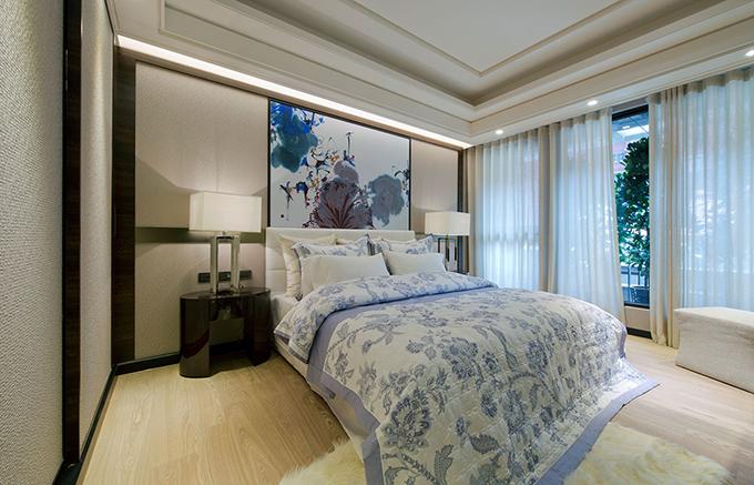 卧室大大的落地窗,使得整个房间光线十分明亮,浅淡系列的色彩再配上水墨的主题画,显得清新感十足。