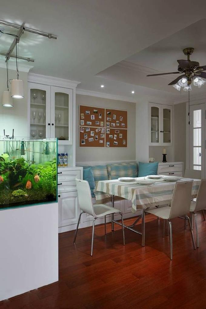 餐厅装饰也以简约为主,整体都是白色基调配上红木地板,配上标致的美式家具,背景墙以照片墙来作为装饰也非常不错。