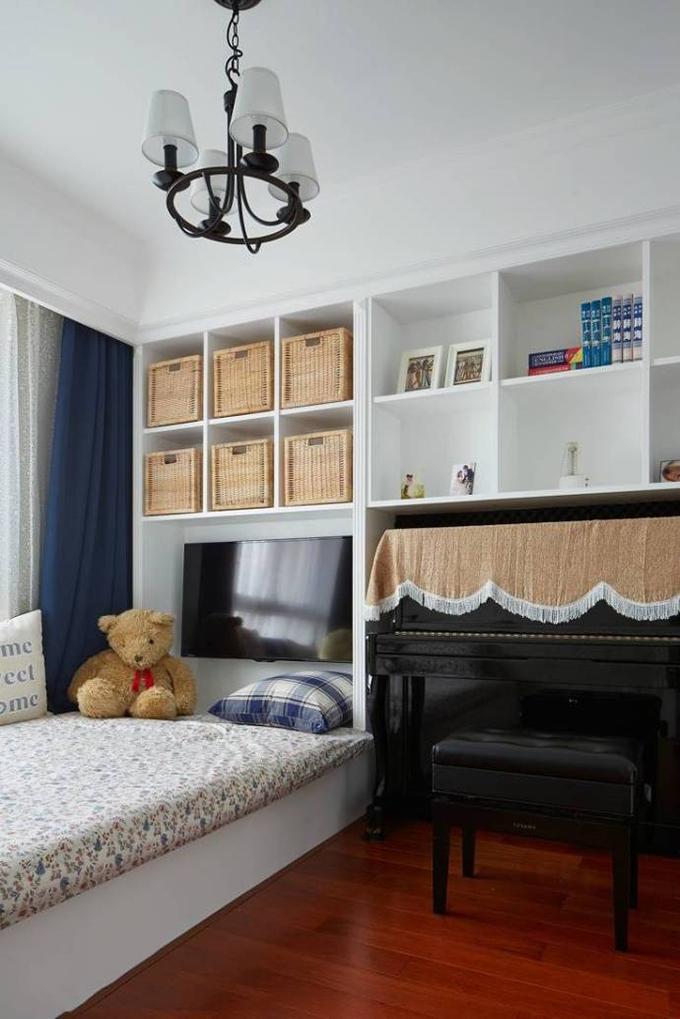 这个房间放一个书柜再放一张床,平时可以作为书房,也可以作为次卧使用,一举两得。