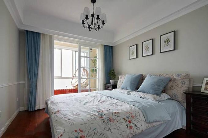卧室阳台放一个吊椅,看起来非常的舒适大气,整体以浅色系列为主,简约的挂画与绿植来作为装饰,给人一种清新的感觉。