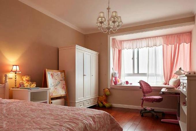 这间儿童房整体以粉红色为主,灯光与窗帘互相映衬,细节上面的设计都是满满的少女系列,白色的美式家具也做得非常好。