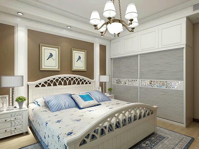 简约的吊灯配上百叶的大衣柜,浅淡的基调色配上棕黄色的壁纸,以两幅简约的挂画来装饰更显清新。