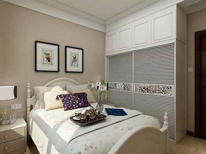 另一间卧室也是以相同的设计手法,挂画和衣柜都类似,小茶具与插花看起来十分闲适。