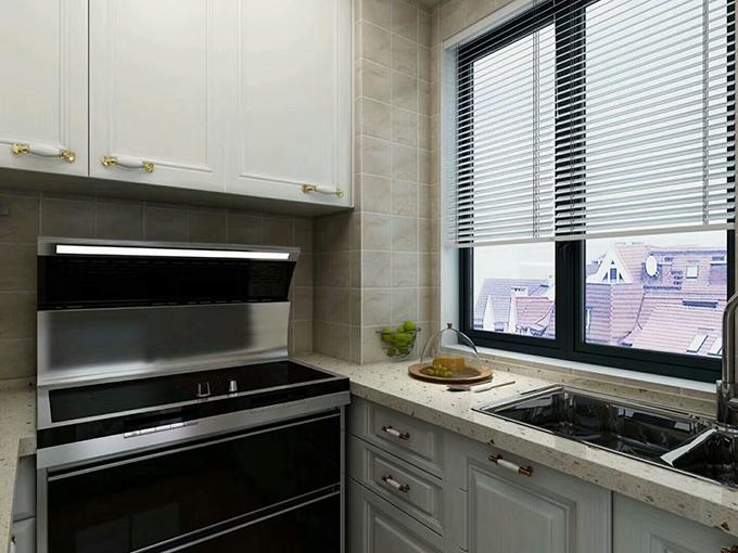 厨房几种色彩互相搭配,简约的百叶窗半拉下来,显得光线十分明亮,U型的厨房在收纳上可以放置更多的东西。