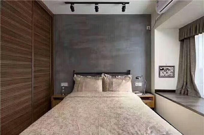 卧室背景墙与飘窗都用水泥来作为台面,与窗帘刚好颜色互相搭配,大大的实木衣柜也很具收纳空间的功能。