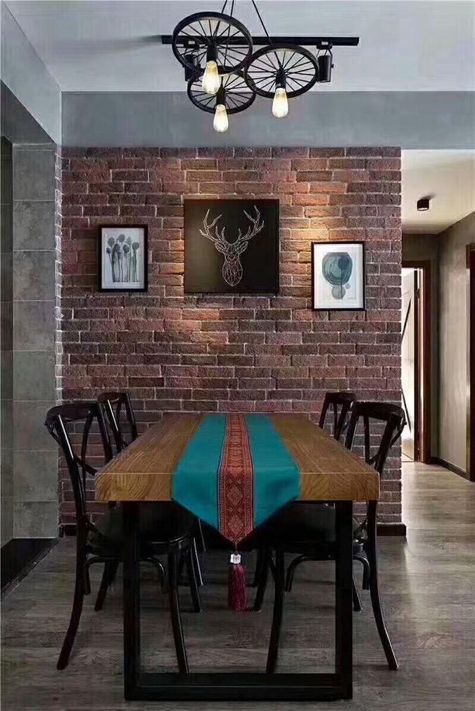 从这个角度看来墙面的布置也非常个性化,三幅简约的挂画与桌椅、吊顶的装饰都互相映衬,特别是灯饰的设计也很富有创意。