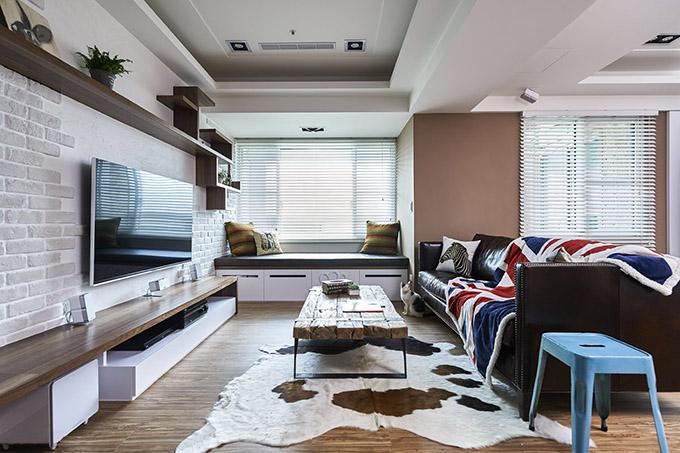 客厅以少见的摩卡色与局部留白为基调,佐以穿透入室的敞亮日光,交织复古摩登的风格础,特别是电视背景墙以文化砖的设计。