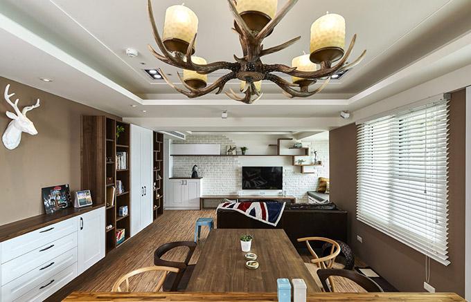 餐厅与客厅设计一体化,墙面的书柜也很好的收纳空间,两边以书架的形式,中间设计为封闭柜,隔断则以矮墙也可作为装饰。