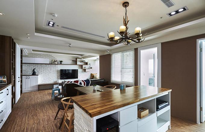 木质烛灯与矮柜表面的木层和地板刚好互相呼应,任何地方都可以十分巧妙的收纳,还可作为装饰,一举两得。