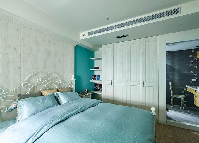 卧室以白色相间来作为基调色,给人一种小清新的感觉,配上木质地板,清新且不失时尚。