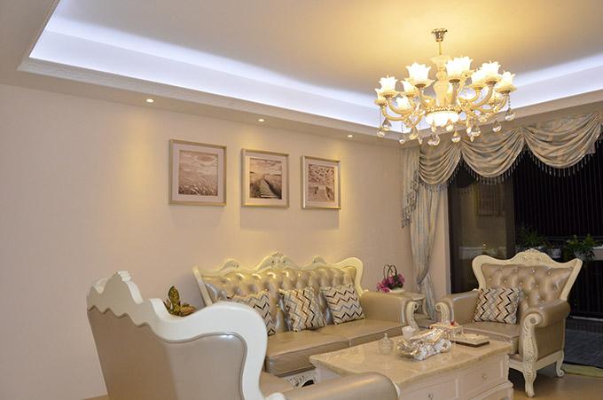 客厅以明亮柔和的暖黄色水晶吊灯来让整个空间的光线都这得非常温馨,欧式家具与简洁的挂画恰好是现代时尚的高配置。