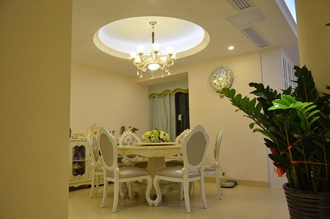 餐厅装饰较为简约,以圆形吊灯、水晶灯、餐厅互相呼应,让整个空间变得立体,墙面的法式钟表也显得特色异常。