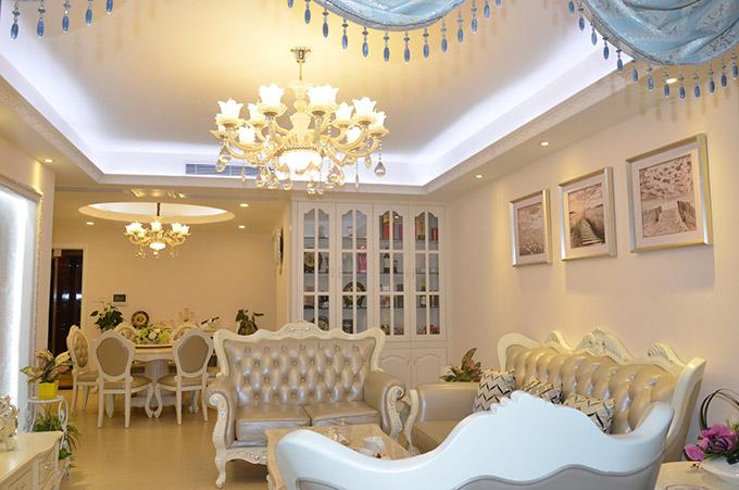 沙发与餐厅桌椅都选择的同款家具,让原本一体式的餐厅客厅变得更加一致,只是以吊顶来简单划分。