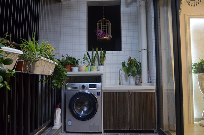 阳台放洗衣机也是个非常不错的选择,旁边设计一个洗手池,平常浇花、打扫卫生也更加方便。