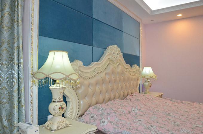 卧室背景墙以同色的深浅瓷砖来作为装饰,与明亮的台灯互相映衬,使房间看起来大胆且温馨,明亮而不失色彩。