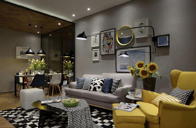 客厅与餐厅一体式,而使用的灯具及地板都完全让两个空间融为一体的感觉,但也可以区分出来,色彩搭配得当。