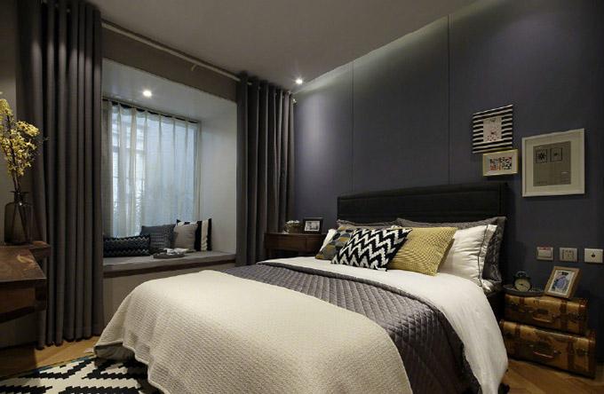 卧室与前面的空间都很整体,以灰色为主,看起来很舒适,窗台边也可以作为平常休闲的区域,非常惬意。