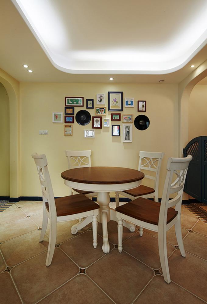 餐厅以挂画和相册来作为背景墙,边上的玻璃移动门也设计得非常得当,看起来很舒适浪漫。