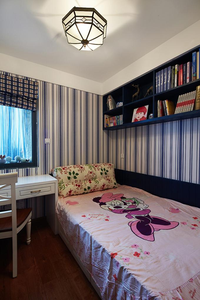 儿童房以蓝色与白色的条纹形式体现,能增亮光线,上面还设计了隔层几乎可以作为书柜,非常收纳空间。