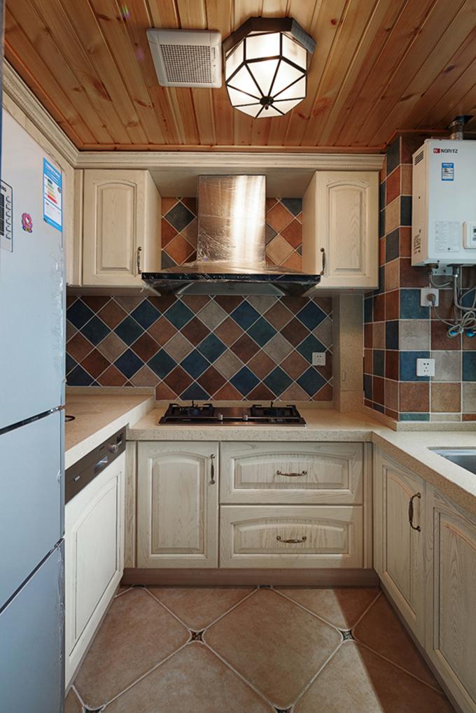 厨房以小方块菱形的彩色瓷砖配上象牙白色的橱柜,地面还有土黄色瓷砖与实木天花互相呼应,色彩搭配显得十分浪漫。