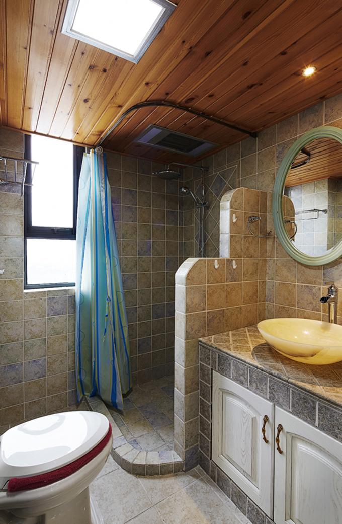卫生间干湿分离分得很好,而浴帘与地面要低,所以不用担心里面会溅水出来,设计非常巧妙。
