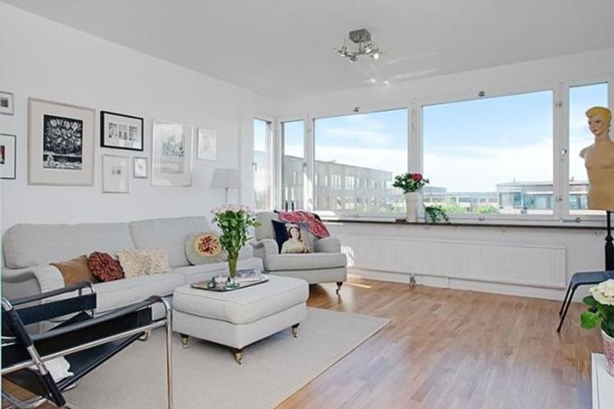 边上一个小小的雕像以及墙面的挂画,体现的空间的艺术感,小户型客厅的空间比较大,从这个角度看去十分开阔舒适。