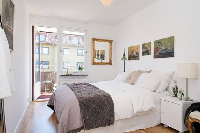 卧室设计了一个小小的镜子在墙面作为装饰,白色墙面作为整体底色调,这样色彩明亮能让人感觉空间在放大。