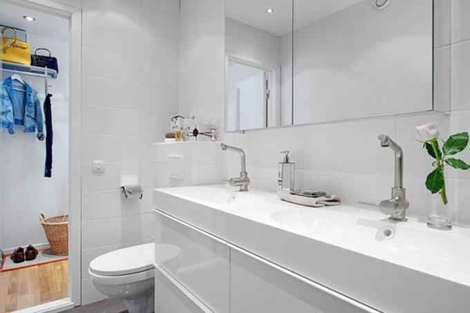卫生间整体一片白色,看上去简直都素净得一尘不染了,都不忍心踩上去的感觉,但地面以深灰色为主,也就更耐脏了。