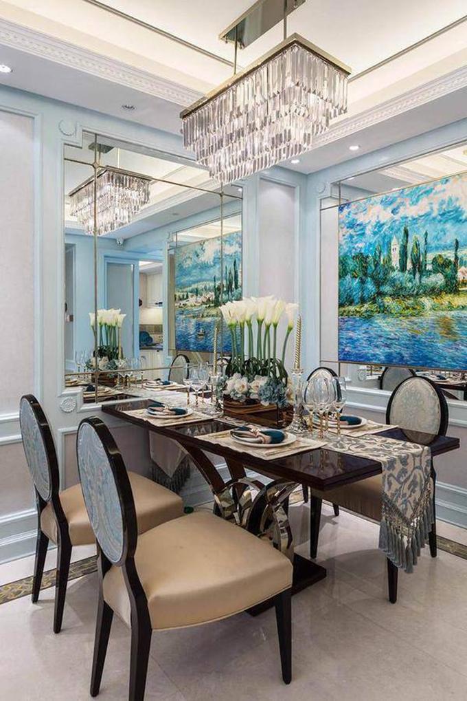 餐厅也采用的同样表现手法的油画,而复杂的家具再搭配闪亮亮的灯具,映射出了空间中别样的浪漫。