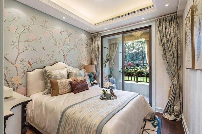 卧室就以清新的感觉来呈现,花草的淡蓝色壁纸与墙面的壁画、边上的窗帘互相呼应,以现在流行的移门来隔断卧室与阳台。