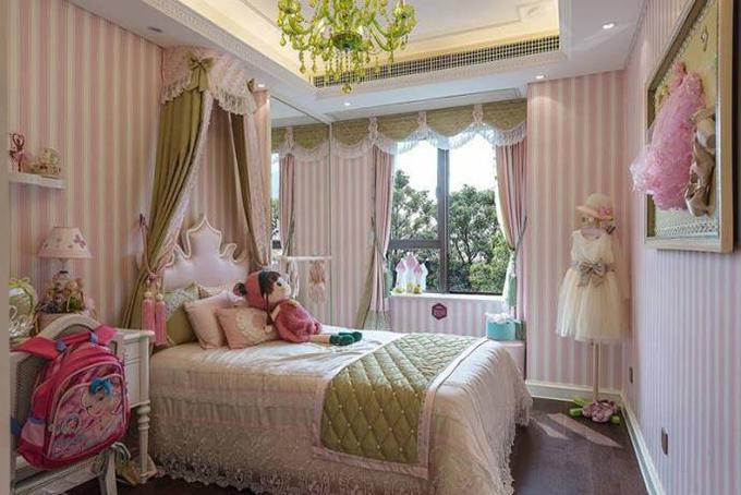 儿童房也布置成了公主房的样子,绿色的吊灯是整体房间的点睛之笔,再搭配上绿色的坠帘与床坠,同样的渐变壁纸突出整体房间的主题。