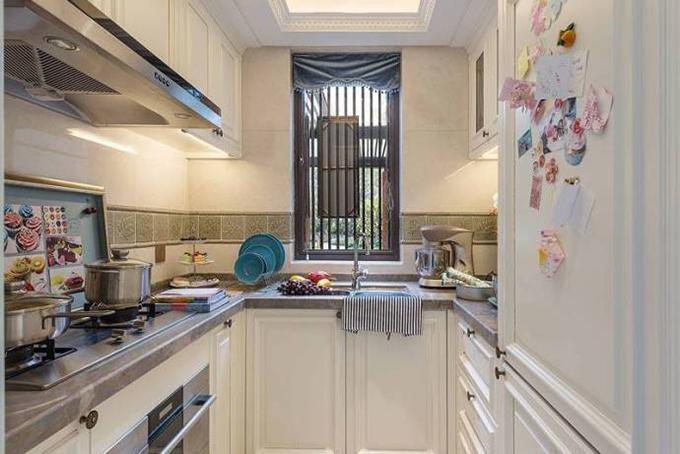 厨房中央以绿色花纹瓷砖来点缀,看起来也是一道清新亮丽的风景线,非常舒适整洁。