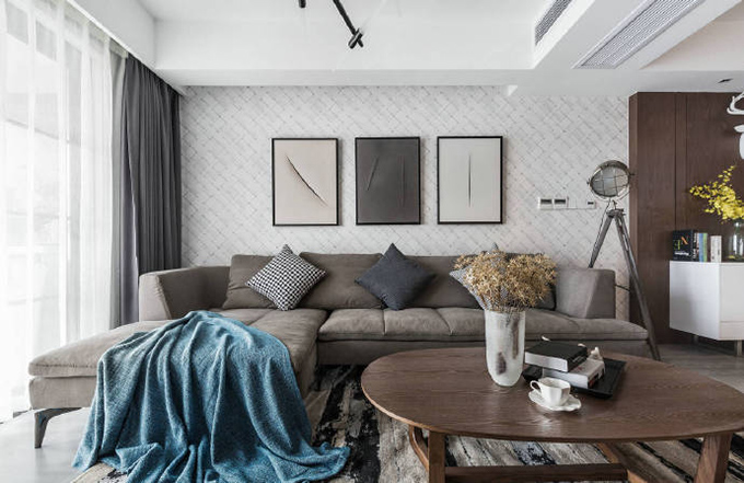 再仔细的看沙发背景墙以三幅不同的划痕挂画来展现艺术的形式,而三种颜色也是对于客厅整体色彩的诠释。