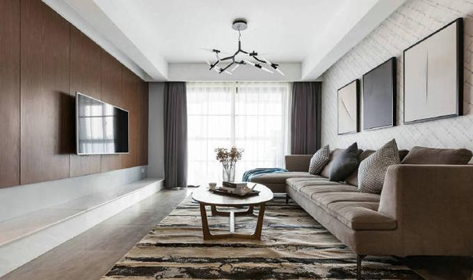 客厅电视背景墙以实木板为主,而沙发背景墙则是贴的斜格壁纸,简洁的沙发色彩与窗帘互相呼应,看起来简洁而又大气。