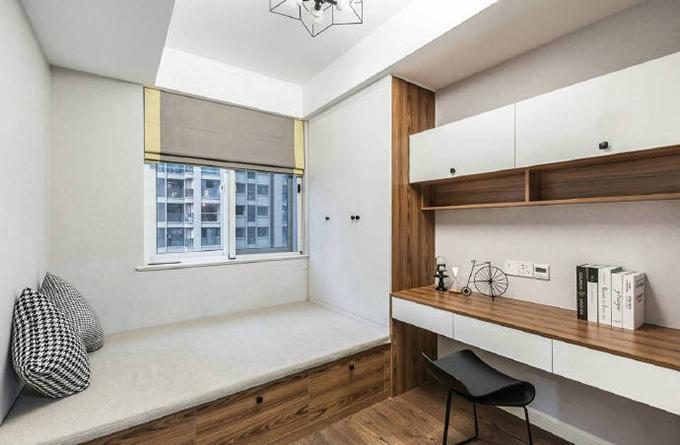这边一个书房客卧两用的房间非常的舒适简洁,白色饰面中点缀着棕色花纹的实木板,给人感觉非常的舒适。