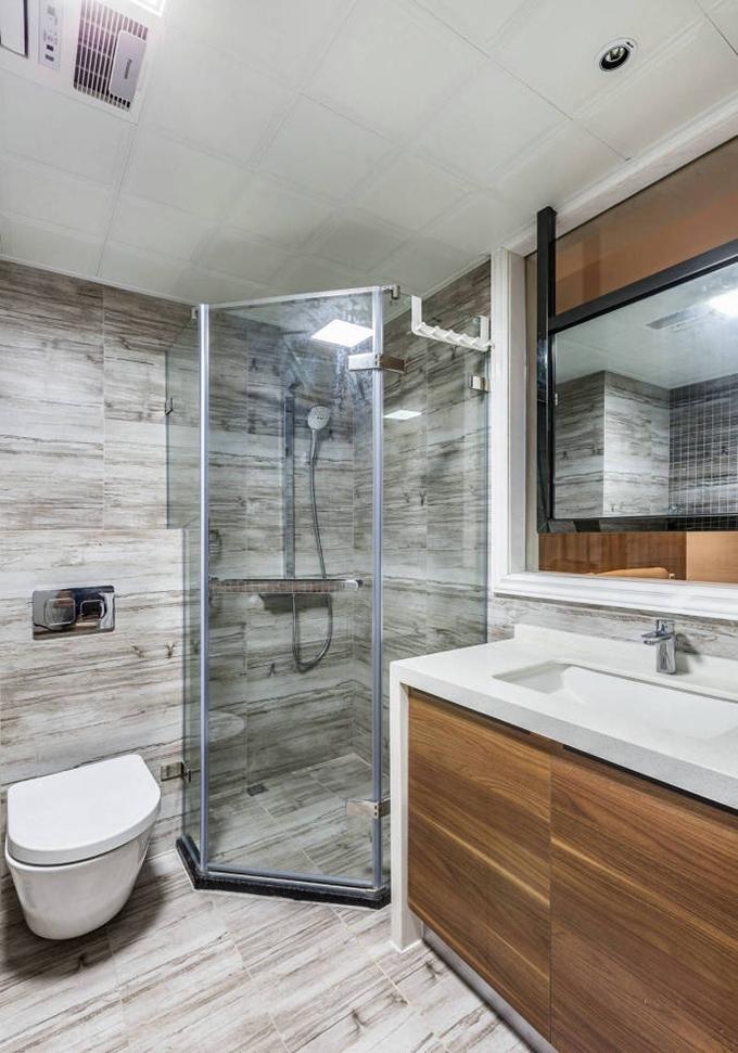 卫生间以灰白色混合的花纹设计出来,看上去非常大气,这里也做也干湿分离,非常整洁。