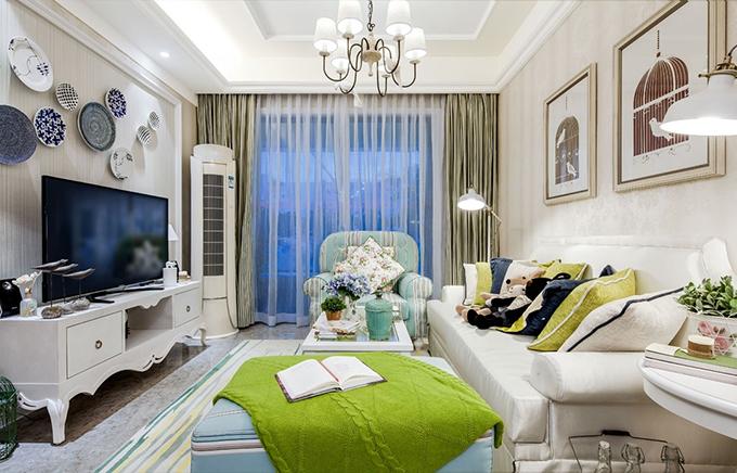 客厅以各种新颖不同形式的自然元素融入进来,背景墙的青花瓷盘非常有田园自然的特色,布艺装饰色彩明亮朴实。