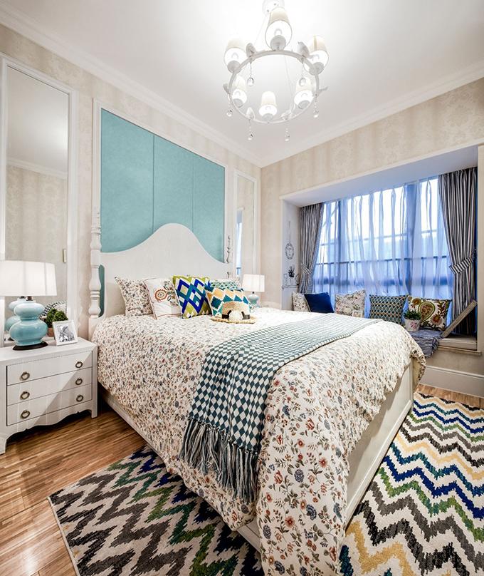 卧室也以浅色系列为主基调,两层窗帘实用而又遮光,碎花面料与折叠图形的地毯互相呼应,看起来十分亲切。