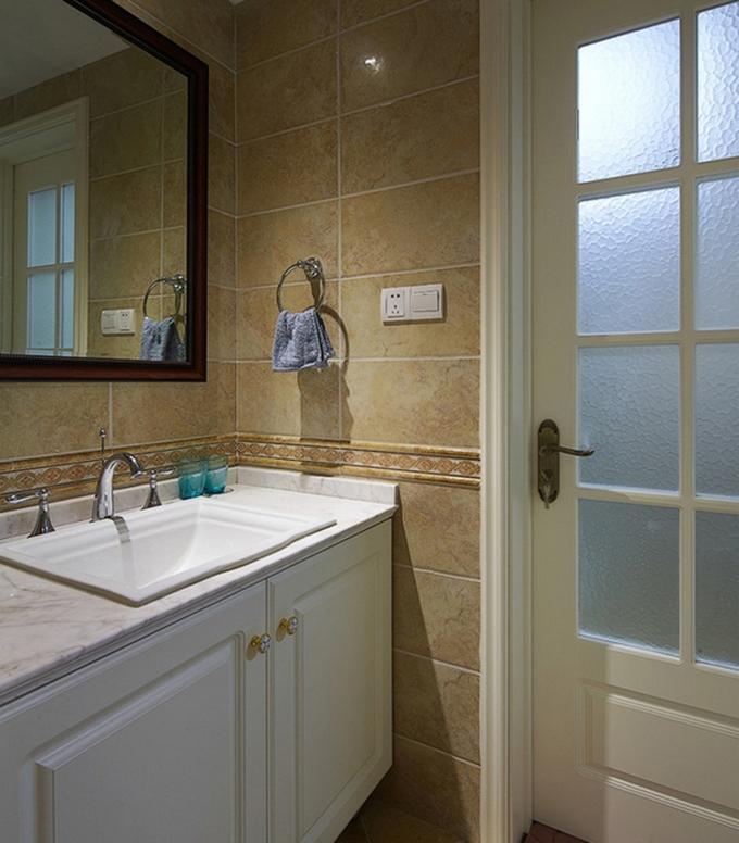 卫生间则以土黄色的瓷砖来作为装饰,有一种泥土的芬芳自然感觉,整体十分整洁实在。