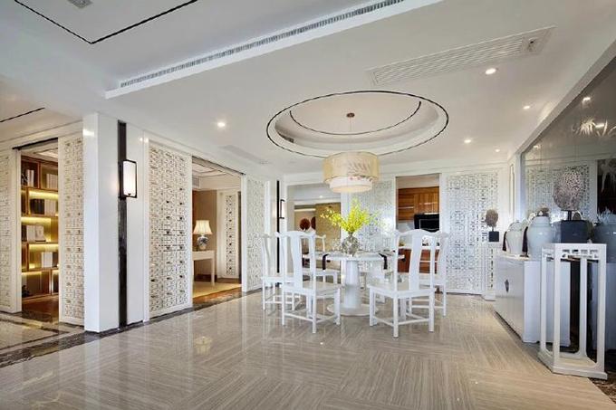 餐厅圆形吊灯配上圆形灯具、圆形的餐桌,看起来很有立体感,背景墙以带为清一色花纹的玻璃装饰,更显别具一格。