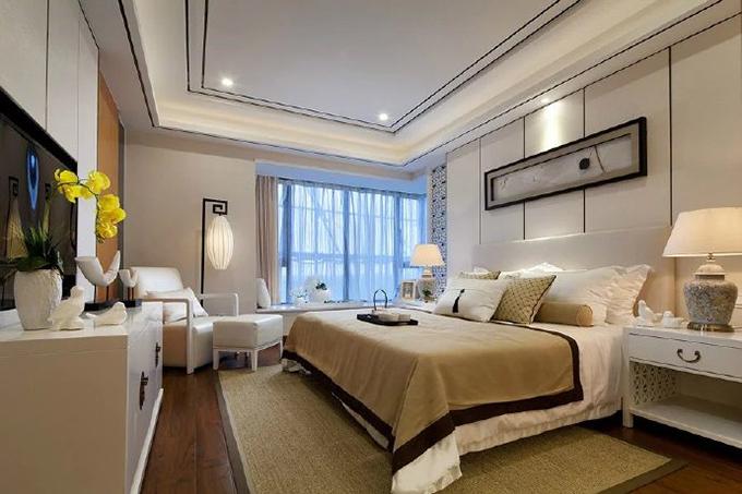 床上的布艺与地面的面料互相呼应,墙面以一个简洁的横幅来装饰,角落一些小小的工艺品让房间更显文艺范。