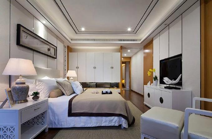 卧室墙面与吊顶都以黑色勾勒来闱,家具均以白色为主,构造简洁,看起来更给人增添一种大气明亮的感觉。