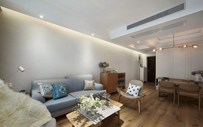 餐厅与客厅一体化,以吊灯的不同来稍作划分,这样看来客厅的光线十分明亮舒适,与餐厅的布置也很一致。