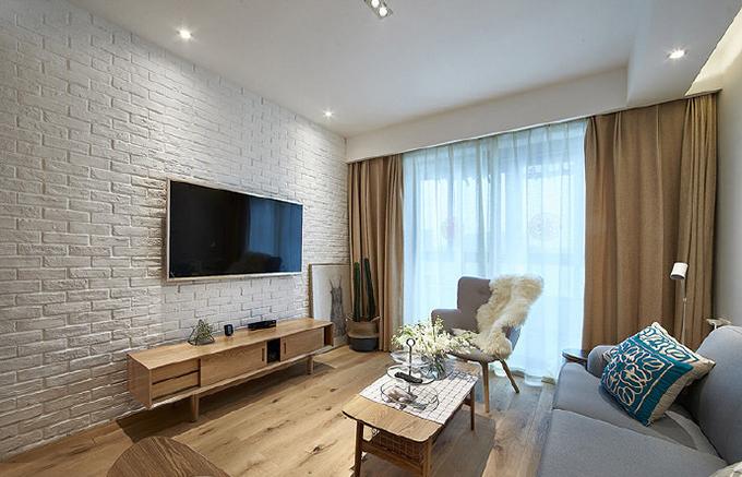 电视墙以现在特别流行的文化墙来作为背景,实木的家具与同样色系的窗帘互相呼应,显得整体十分和谐。