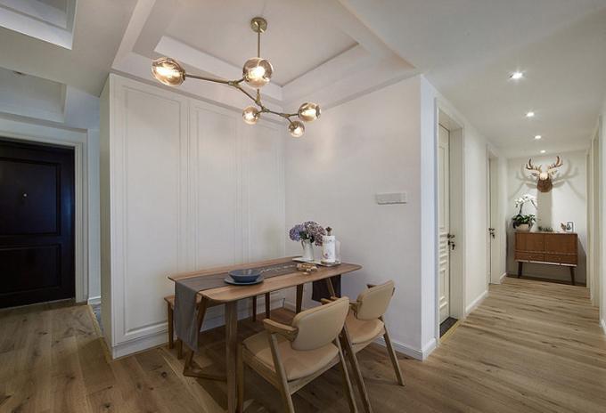 餐厅装饰简洁,餐桌设计在角落,以过道来作为一个小小的装饰,合理利用空间,看起来非常的温馨有质感。